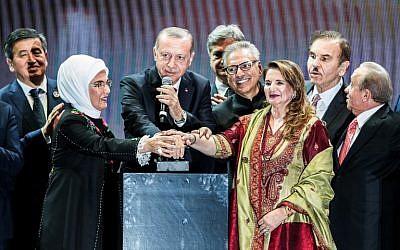 Le président turc Recep Tayyip Erdogan inaugure en fanfare le troisième aéroport d'Istanbul, le 29 ocotbre 2018. (Crédit : BULENT KILIC / AFP)