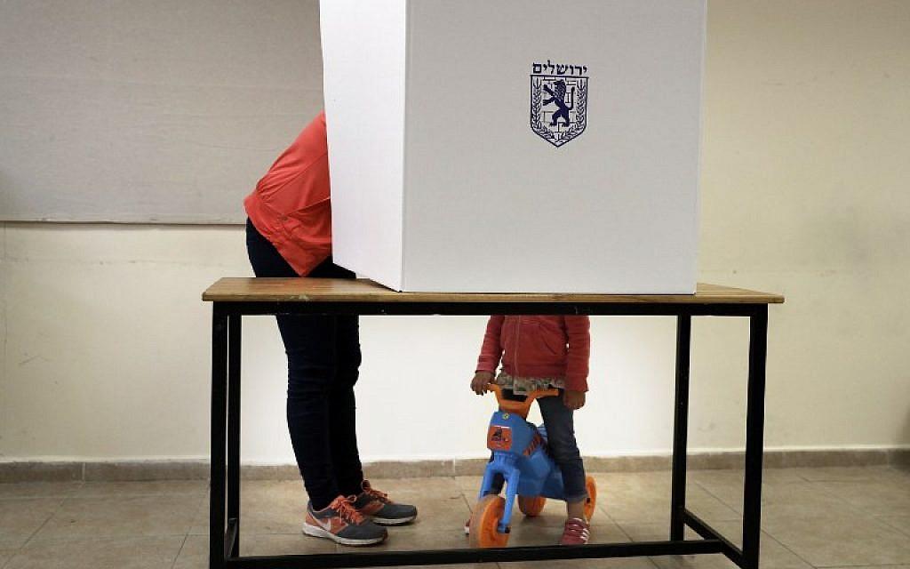 Une femme israélienne vote dans un bureau de vote du centre de Jérusalem lors des élections locales du 30 octobre 2018. (Crédit : THOMAS COEX / AFP)