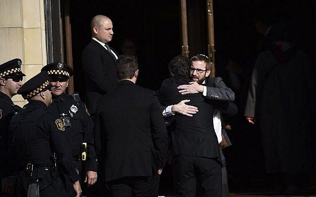 Les personnes en deuil se rassemblent devant la congrégation de Rodef Shalom avant les funérailles des frères Cecil et David Rosenthal, le mardi 30 octobre 2018 à Pittsburgh. Les deux frères ont été tués samedi lors de la fusillade à la synagogue Tree of Life. (Crédit : AP / Matt Rourke)