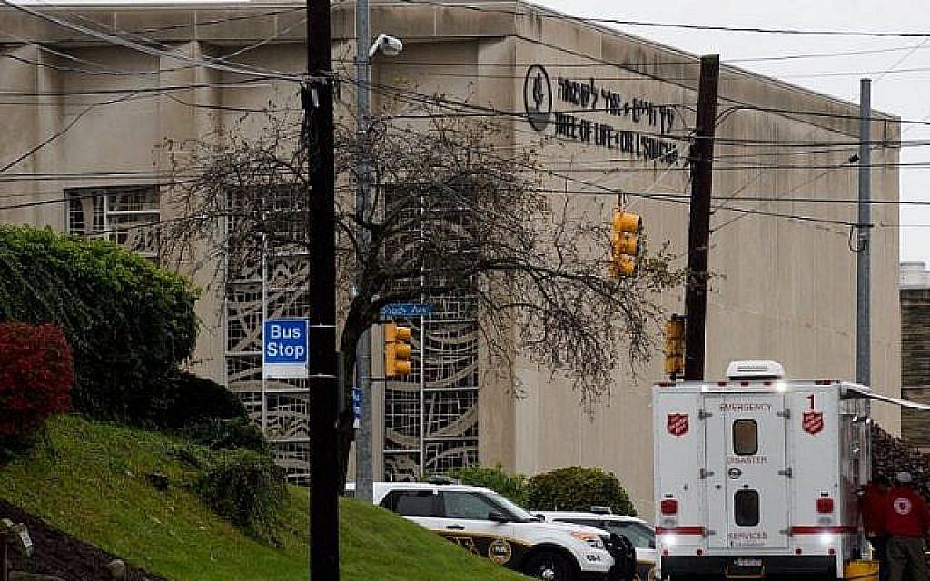Le 27 octobre 2018 à Pittsburgh, en Pennsylvanie, la synagogue Tree of Life, dans le quartier de Squirrel Hill. (Crédit : Jeff Swensen / Getty Images / AFP)