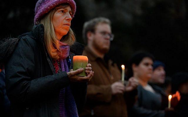 Les gens se rassemblent à quelques pâtés de maisons du lieu d'une fusillade à la synagogue de l'Arbre de vie, le 27 octobre 2018 à Pittsburgh, en Pennsylvanie. (Crédit : Jeff Swensen / Getty Images / AFP)