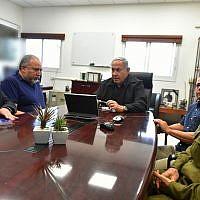 De gauche à droite : Le conseiller à la sécurité nationale Meir Ben-Shabbat, le Premier ministre Benjamin Netanyahu, le ministre de la Défense Avigdor Liberman, le chef du Shin Nadav Argaman et le chef d'Etat-major adjoint Aviv Kochavi durant une réunion près de la frontière avec Gaza , le 17 octobre 2018 (Crédit : Ariel Hermoni/Ministère de la Défense)