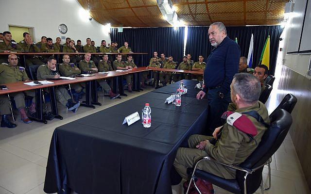 Le ministre de la Défense Avigdor Liberman rencontre des officiers du commandement du sud de l'armée israélienne, le 16 octobre 2018 (Crédit :  Ariel Hermoni/Ministère de la Défense)