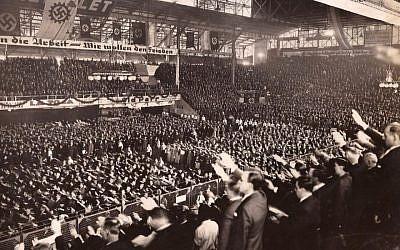 Cette photo, une sur des dizaines de milliers de documents qui expliquent la relation entre l'Argentine et les nazis, montre 15 000 personnes réunies en soutien à Hitler à Buenos Aires, le 10 avril 1938 (Crédit : autorisation de la DAIA)