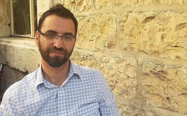 Aziz Abu Sarah, qui s'est retiré la semaine dernière de la course à la mairie de Jérusalem devant l'American Colony Hotel au mois de septembre (Crédit :  Adam Rasgon/Times of Israel)