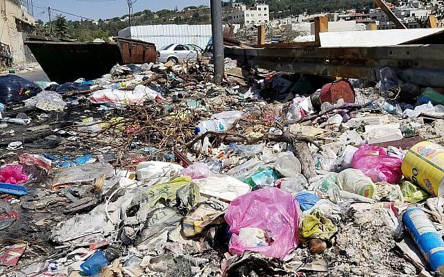 Les ordures empilées dans le quartier de Wadi Joz, à Jérusalem, sur un côté de la rue, le 23 septembre 2018 (Crédit : Adam Rasgon/Times of Israel)