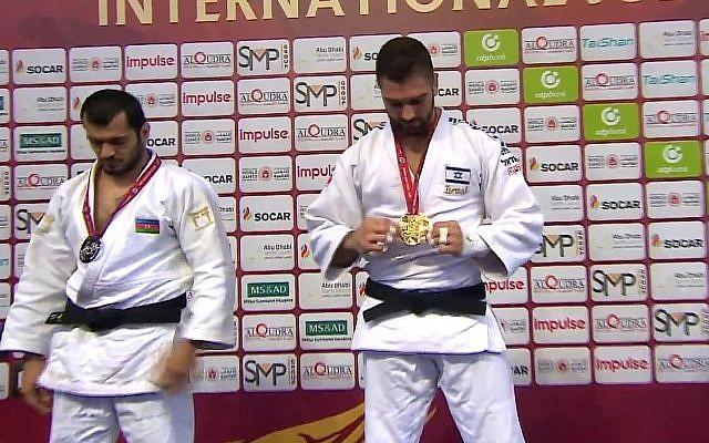 Capture d'écran du judoka israélien à droite, qui reçoit sa médaille d'or à Abu Dhabi, au Grand Slam, le 29 octobre 2018. (Crédit :fédération internationale de judo)