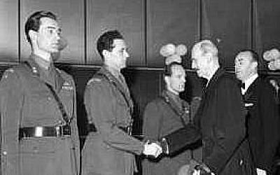 """Joachim Ronneberg (à gauche), Jens Anton Poulsson et Kasper Idland reçoivent le roi Haakon VII à l'avant-première du film """"La Bataille de l'eau lourde"""", à Oslo, en 1948. (Crédit :CC BY-SA 4.0 Wikipedia/Leif Ornelund)"""