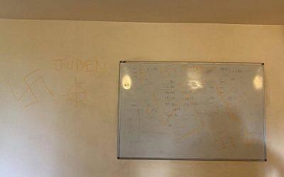 Tags antisémites à HEC, à Jouy en Josas (Capture d'écran : Facebook)