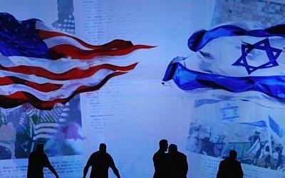 Des ouvriers préparent la scène avant le discours du Premier ministre israélien Benjamin Netanyahu à la conférence politique de l'AIPAC 2015, le 2 mars 2015. (Crédit : Mark Wilson / Getty Images / JTA)