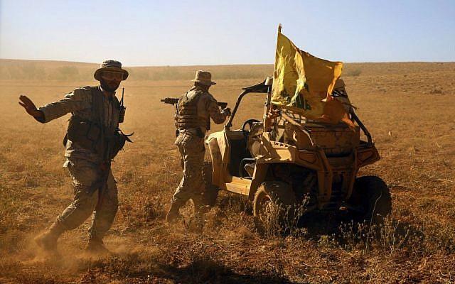 Des combattants du Hezbollah près de leur véhicule militaire dans la vallée Al-Kheil, à la frontière libano-syrienne, le 29 juillet 2017 (Crédit :  AP Photo/Bilal Hussein)