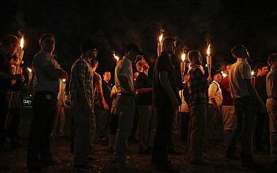 Sur cette photo du 11 août 2017, de multiples groupes nationalistes blancs marchent aux flambeaux sur le campus de l'Université de Virginie à Charlottesville, en Virginie. (Crédit : Mykal McEldowney/The Indianapolis Star via AP)