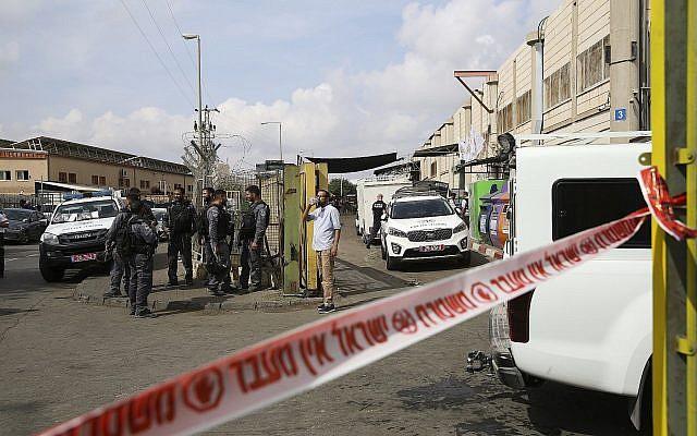 Les forces de sécurité israéliennes à l'entrée de la zone industrielle de Barkan dans le nord de la Cisjordanie, le 7 octobre 2018 (Crédit : AP Photo/Oded Balilty)