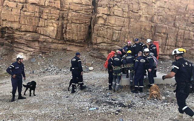 Les secouristes israéliens cherchent des survivants après les crues de la mer Morte, le 26 octobre 2018. (Crédit : AP/Omar Akour)