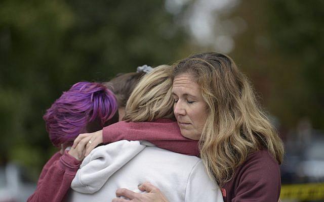 De gauche à droite, Cody Murphy, 17 ans, Sabrina Weihrauch, et Amanda Godley, toutes à Pittsburgh, étreintes après une fusillade à la synagogue Tree of Life, le samedi 27 octobre 2018. (Crédit : Andrew Stein / Pittsburgh Post-Gazette via AP)