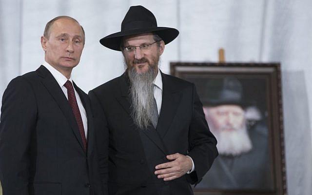 Le président russe Vladimir Poutine avec le grand rabbin de Russie Berel Lazar au musée juif de Moscou, le 13 juin 2013 (Crédit : AP Photo/Alexander Zemlianichenko)