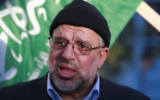 Sheikh Hassan Yousef parle aux médias après sa libération d'une prison israélienne le 19 janvier 2014. (Crédit : Majdi Mohammad/AP)