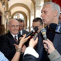 Robert Faurisson (au centre) venu à une journée de conférence à l'université italienne de Teramo, accueilli oar Claudio Moffa (droite) en mai 2007 (Crédit: AP Photo/Lucinao Adriani)