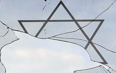 Illustration : Une fenêtre brisée dans un centre communautaire juif après une attaque antisémite présumée à Rostock, dans le nord de l'Allemagne, le 8 janvier 2009 (Crédit :AP/ Thomas Haentzschel/File)