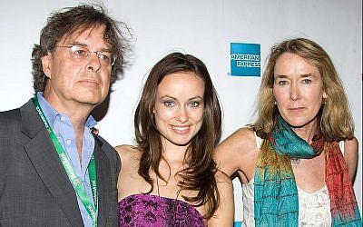 L'actrice Olivia Wilde et ses parents, le producteur Andrew Cockburn et la réalisatrice Leslie Cockburn, arrivent à la première d'American Casino pendant le Tribeca Film Festival à New York, dimanche 26 avril 2009. (AP Photo/Charles Sykes)
