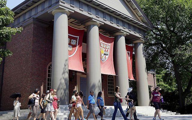 Un groupe de touristes sur le campus de Harvard, à Cambridge, dans le Massachussets (Crédit : AP Photo/Elise Amendola, File)