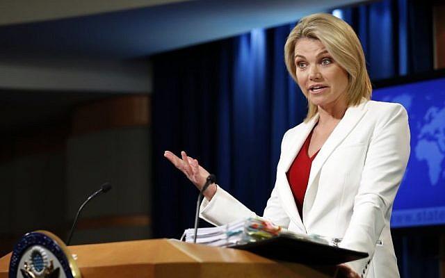 La porte-parole du département d'Etat Heather Nauert s'exprime pendant un point-presse au département d'Etat américain de Washington, le 9 août 2017 (Crédit : AP/Alex Brandon)
