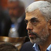 Yahya Sinwar, leader du Hamas dans la bande de Gaza, lors d'une conférence de presse à Gaza City, le 1er mai 2017 (Crédit : AP Photo/Adel Hana, File)