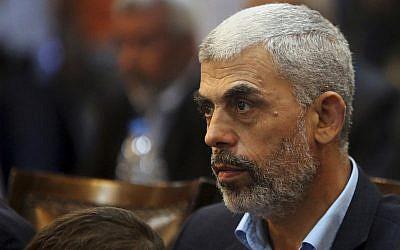 Yehiyeh Sinwar, leader du Hamas dans la bande de Gaza, lors d'une conférence de presse à Gaza City, le 1er mai 2017 (Crédit : AP Photo/Adel Hana, File)