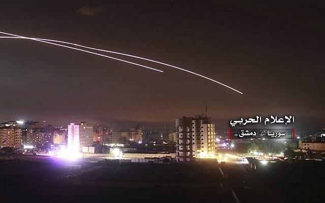 A titre d'illustration : Des missiles s'élèvent dans le ciel alors que des missiles israéliens frappent une position de défense aérienne et d'autres bases militaires, à Damas, en Syrie, le 10 mai 2018. (Syrian Central Military Media, via AP)