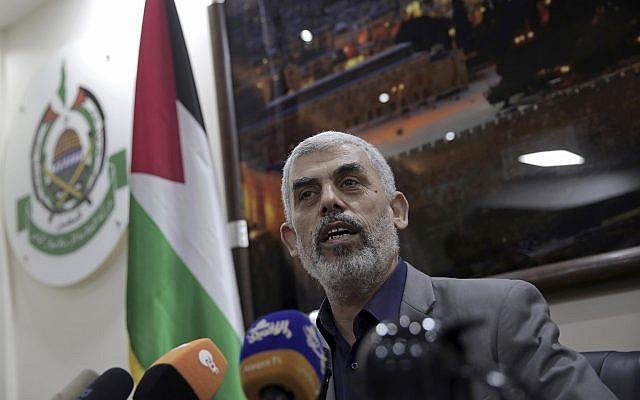Yahya Sinwar, le dirigeant du Hamas dans la bande de Gaza, s'adresse à des correspondants étrangers dans son bureau à Gaza, le jeudi 10 mai 2018. (AP Photo/Khalil Hamra)