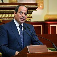 Le président égyptien Abdel-Fattah el-Sissi s'exprime devant la Chambre pour un second mandat de quatre ans au Caire, le 2 juin 2018 (Crédit : bureau de presse de la présidence égyptienne via l'AP)