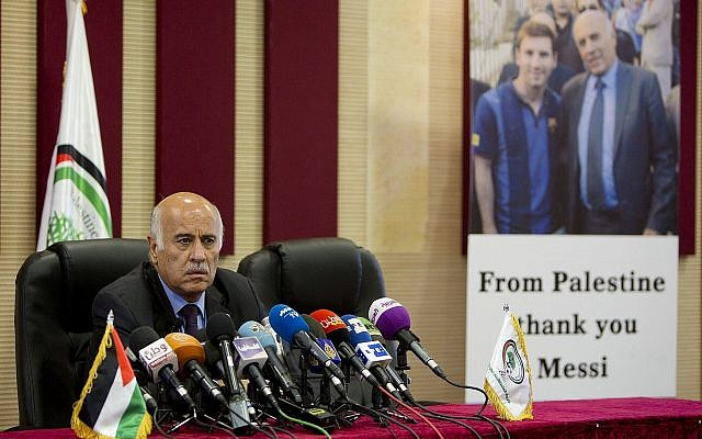Le chef de l'Association du football palestinien Jibril Rajoub pendant une conférence de presse dans la ville de Ramallah, en Cisjordanie, le 6 juin 2018 (Crédit :  AP Photo/Majdi Mohammed)