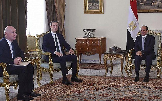 Sur cette photo du jeudi 21 juin 2018, prise par l'agence de presse égyptienne MENA, le président égyptien Abdel-Fattah el-Sissi, (à droite), rencontre le gendre et conseiller principal du président Donald Trump, Jared Kushner, (deuxième à gauche), et l'envoyé au Moyen-Orient Jason Greenblatt au Caire, en Égypte, lors de la dernière étape d'une tournée régionale pour examiner un schéma directeur pour un accord de paix Israélo-palestinien. (Crédit : MENA via AP)