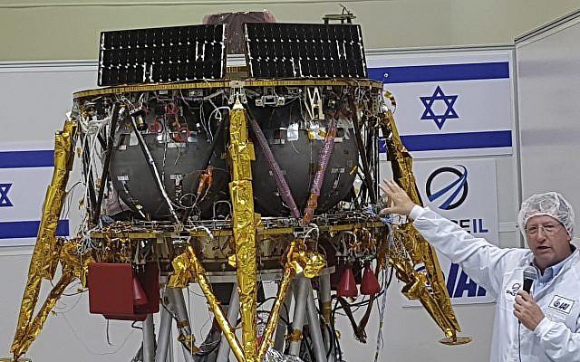 Opher Doron, directeur général de la division spatiacle de l'Israel Aerospace Industries, à côté de SpaceIl, la sonde qui ira sur la lune, près de Tel Aviv, le 10 juillet 2018. (Crédit : AP : Ilan Ben Zion)