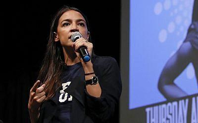 Alexandria Ocasio-Cortez, candidate au Congrès de New York, s'adresse aux sympathisants lors d'une collecte de fonds, le 2 août 2018, à Los Angeles. (AP Photo/Jae C. Hong)