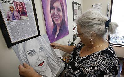 Susan Bro, mère de Heather Heyer, qui a été tuée lors du rassemblement Unite the Right l'année dernière, regarde des souvenirs dans son bureau de Charlottesville, en Virginie, le lundi 6 août 2018. (Crédit : AP / Steve Helber)