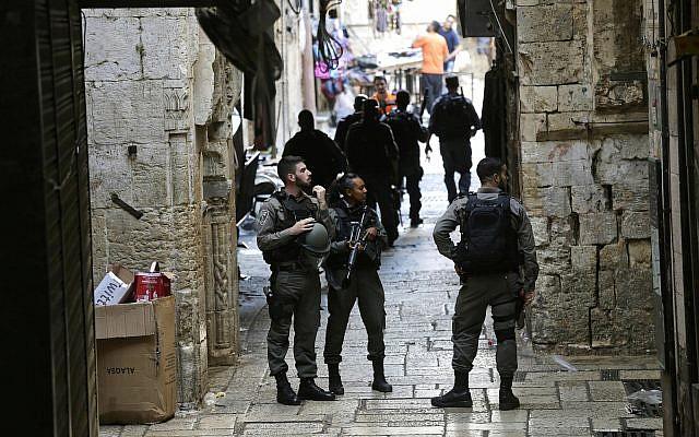 Illustration: la police des frontières israélienne monte la garde dans al Vieille Ville de Jérusalem, le 17 août 2018. (Crédit : AP /Mahmoud Illean)