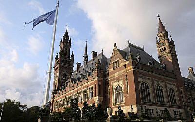 Le drapeau des Nations unies à côté de la cour internationale de justice de la Haye, aux Pays-Bas (Crédit : AP Photo/Mike Corder)