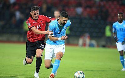 L'Albanais Taulant Xhaka (à gauche) se bat pour le ballon avec l'Israélien Munas Dabbur lors du match de football de la Ligue des Nations de l'UEFA entre l'Albanie et Israël au stade Elbasan Arena, à Elbasan, Albanie du Sud, vendredi 7 septembre 2018. (Crédit : AP Photo/Hektor Pustina)