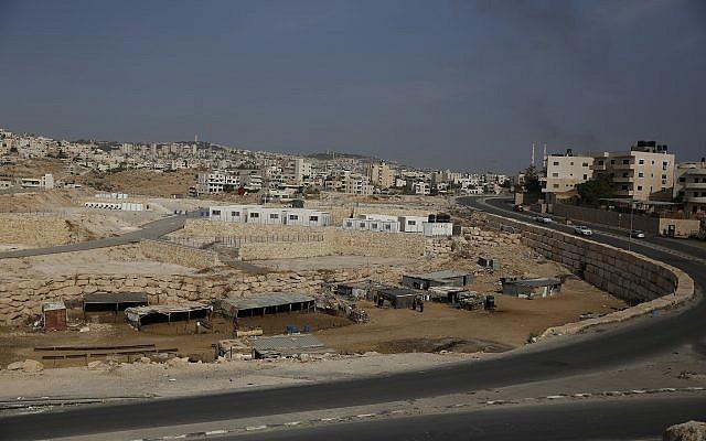 Vue générale de l'endroit où les habitants du hameau bédouin de Khan al-Ahmar sont censés s'installer, près du village d'Abu Dis en Cisjordanie, le 30 septembre 2018.(Crédit : AP Photo/Majdi Mohammed)