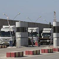 Des camions israéliens transportant du fioul entrent au point de passage de Kerem Shalom, à la frontière entre Israël et Gaza, le 11 octobre 2018. (AP Photo/Tsafrir Abayov)