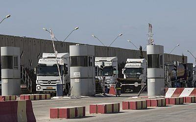 Des camions israéliens transportent du fioul au poste-prontière de Kerem Shalom,à destination de la bade de Gaza, le 11 octobre 2018. (Crédit : AP Photo/Tsafrir Abayov)