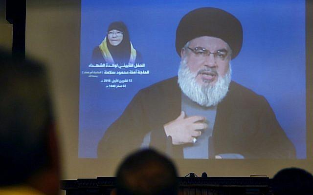Le chef du Hezbollah s'exprime via un lien vidéo à Beyrouth, au Liban, le vendredi 12 octobre 2018 (Crédit :  AP Photo/Hussein Malla)