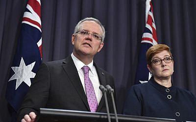Le Premier ministre Scott Morrison, s'exprime devant les médias aux côtés de la ministre des Affaires étrangères Marise Payne au Parlement de Canberra, le 16 octobre 2018 (Crédit :  Mick Tsikas/AAP Image via AP)