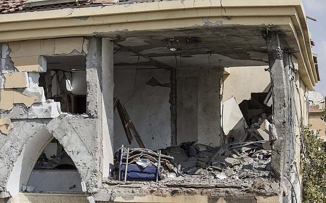 Les dégâts faits dans une maison touchée par un missile lancé depuis la bande de Gaza à Beer Sheva, dans le sud d'Israël, le mercredi 17 octobre 2018 (Crédit : AP/Tsafrir Abayov)