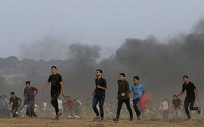 Les manifestants près de la frontière de la bande de Gaza à Khan Younès, au sud de l'enclave, le vendredi 19 octobre 2018 (Crédit : AP Photo/Adel Hana)