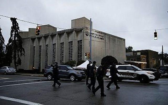Des policiers aux abords de la synagogue Tree Of Life après une fusillade meurtrière survenue la veille à Pittsburgh, le 28 octobre 2018 (Crédit :  AP Photo/Matt Rourke)