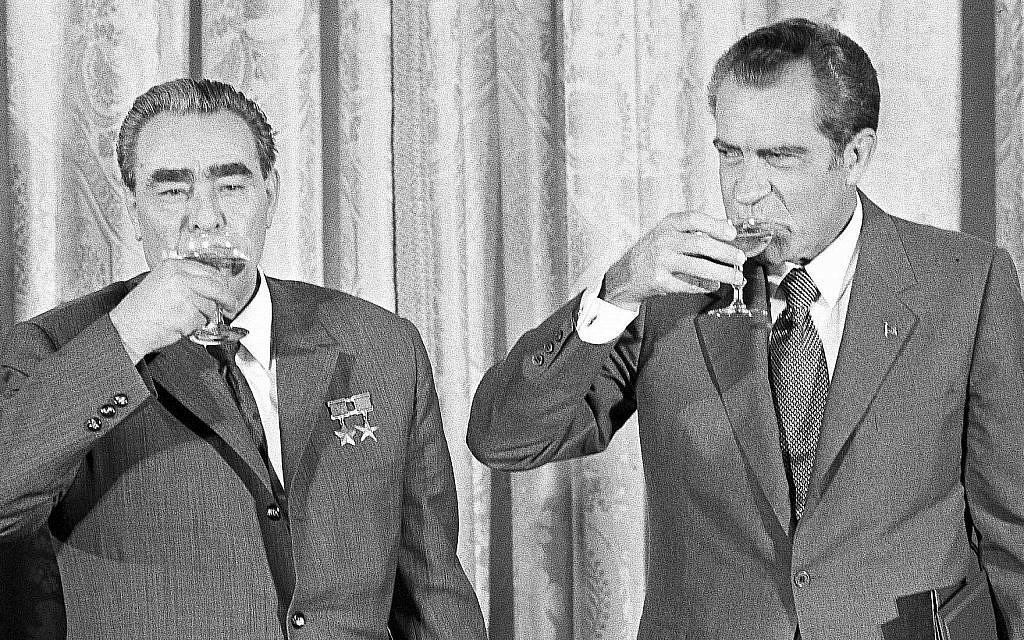 Le président Richard M. Nixon (à droite) et le dirigeant soviétique Leonid Brejnev portent un toast à la Maison Blanche à Washington, DC, le 21 juin 1973. Le toast est porté après que les deux dirigeants ont signé un pacte pour limiter les arsenaux nucléaires offensifs. (Crédit : AP)