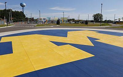 Un logo de l'université du Michigan près d'un rond-point sur le campus de l'école à Ann Arbor, dans le Michigan, le 20 juillet 2015 (Crédit : AP/Paul Sancya)