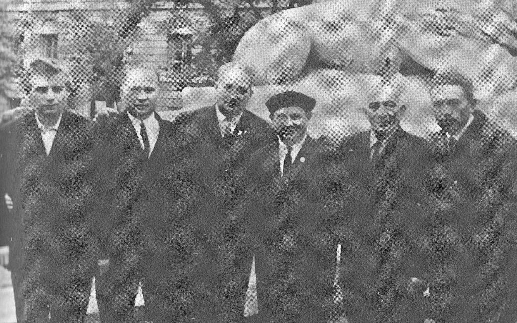 Alexander Pechersky (troisième depuis la gauche) et d'autres prisonniers de Sobibor aux environs de 1970 (Crédit : Domaine public)